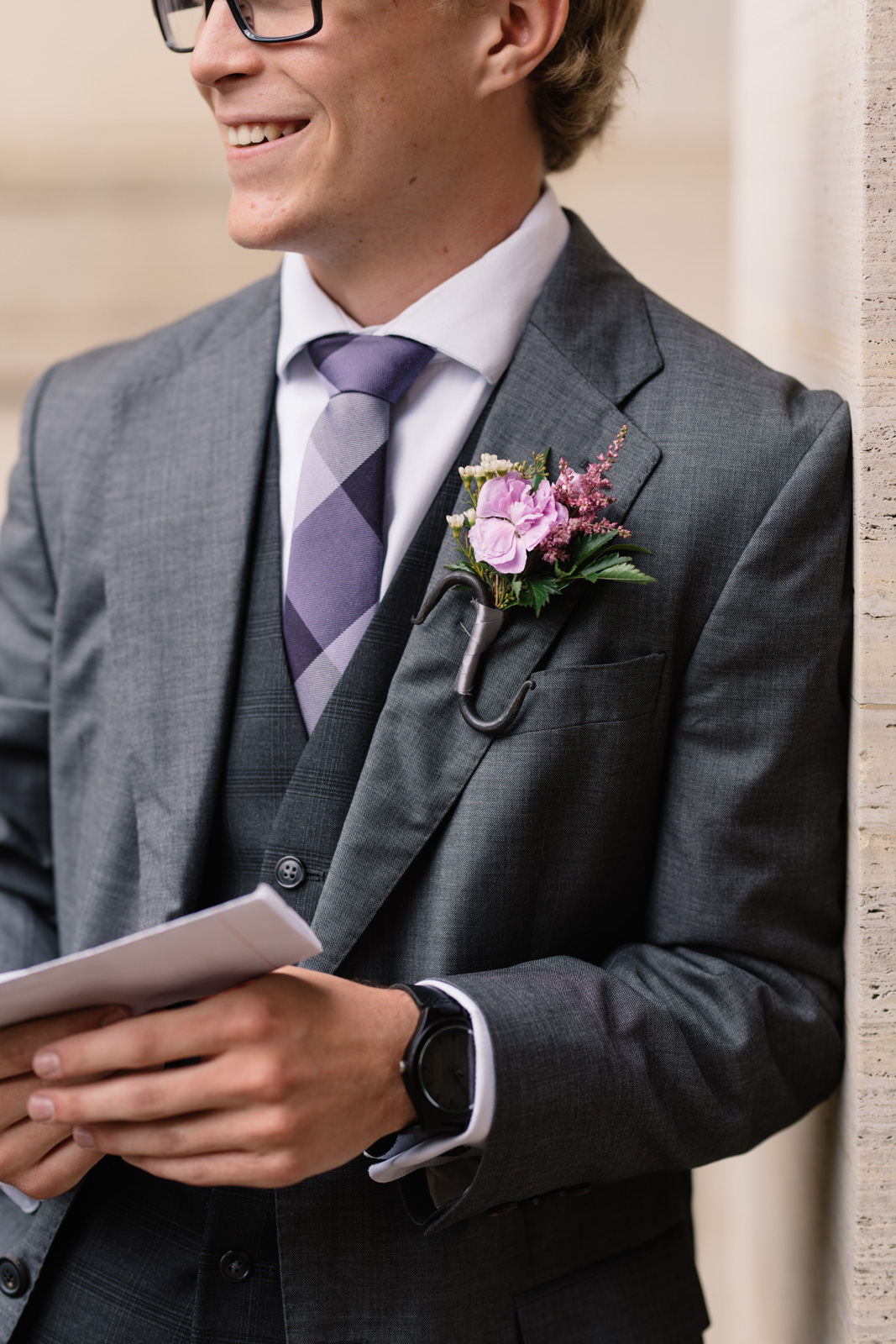 grooms suit and boutonniere